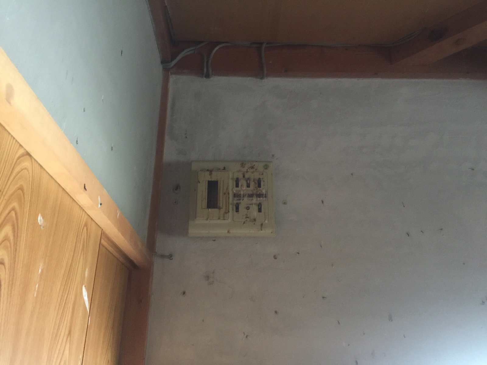 車庫の上の分電盤